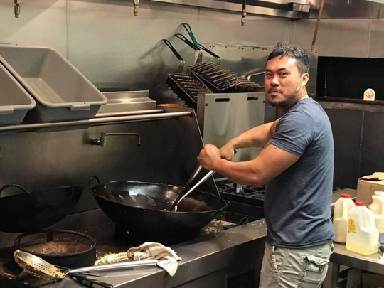 Mỹ: Chủ nhà hàng gốc Việt nấu 1.000 suất ăn cho nạn nhân bão - 1
