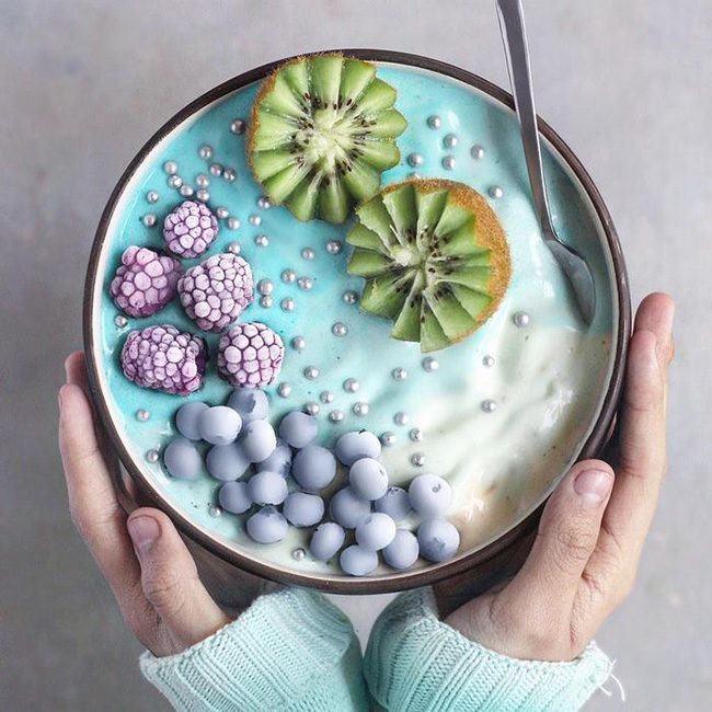 Lớp kem mịn bông cùng sự kết hợp màu sắc hài hòa đã khiến cho món ăn trở nên đầy tính nghệ thuật.