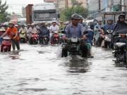 """Tin tức trong ngày - Bão số 10 khiến đường Sài Gòn ngập sâu, Biên Hòa thành """"sông"""""""