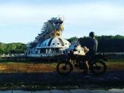 Du khách nước ngoài đổ xô khám phá công viên nước bỏ hoang ở Việt Nam