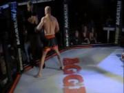 """Thể thao - MMA: Trọng tài bị đấm, """"ném răng"""" vào mặt vì... cứu người"""