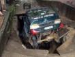 """Sốc: Hố tử thần """"nuốt chửng"""" xe tải ở Lào Cai"""