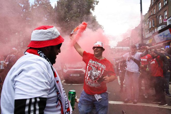 Fan quá khích Cologne làm loạn dọa Arsenal, thành London thất thủ - 2