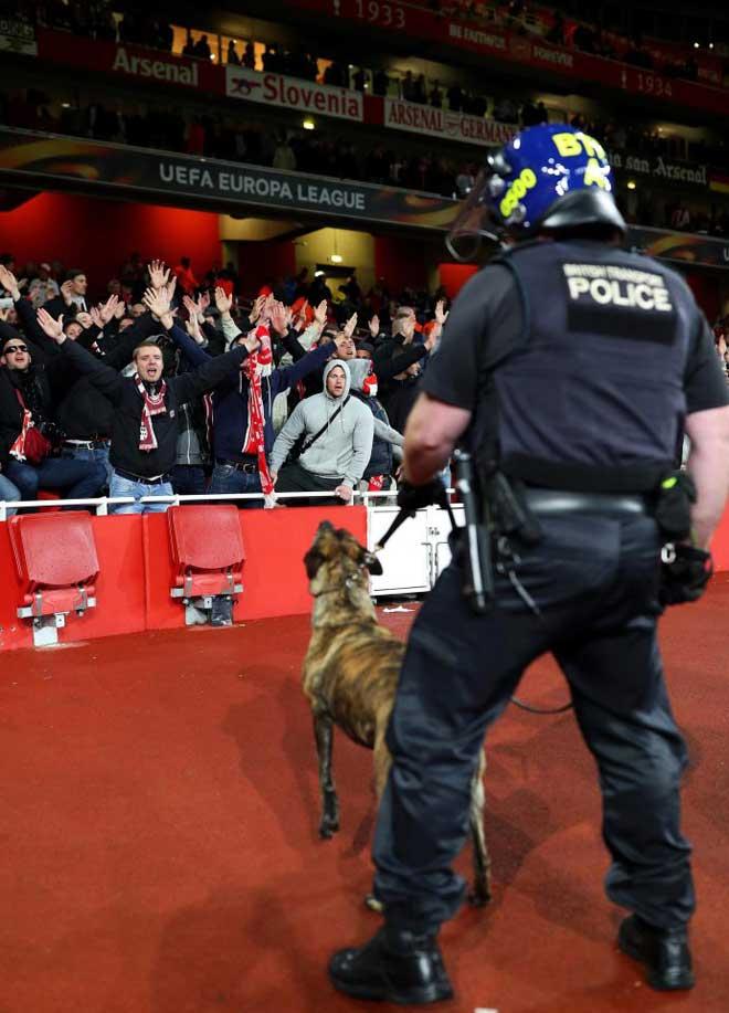 Fan quá khích Cologne làm loạn dọa Arsenal, thành London thất thủ - 14