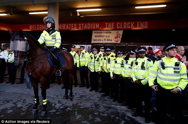 Fan quá khích Cologne làm loạn dọa Arsenal, thành London thất thủ - 8