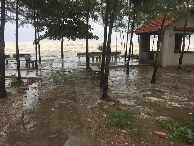 CẬP NHẬT bão số 10 ngày 15/9: Bão sang Lào sau 6 giờ quần thảo miền Trung - 4