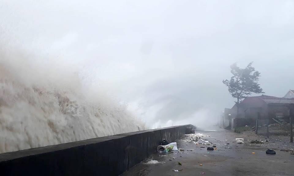 Bản tin thời tiết 13h: Bão số 10 hoành hành Hà Tĩnh-Quảng Trị, sóng cao hơn 10 mét - 2