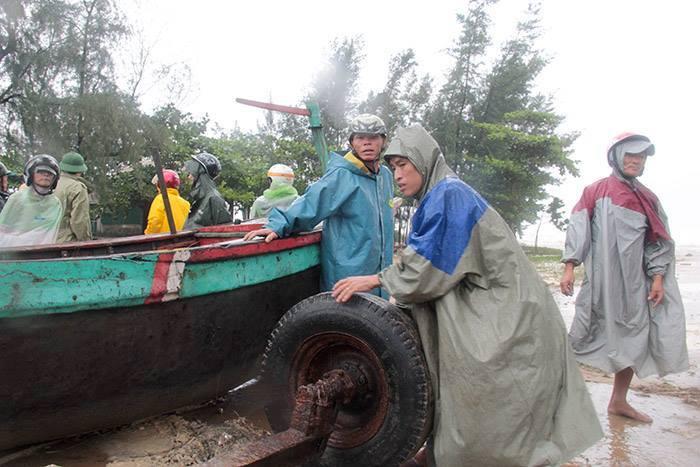 CẬP NHẬT bão số 10 ngày 15/9: Bão sang Lào sau 6 giờ quần thảo miền Trung - 15