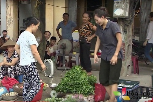 """Bắt gặp tiểu thư của """"Người phán xử"""" bán rau ở chợ ngoại thành Hà Nội - 2"""
