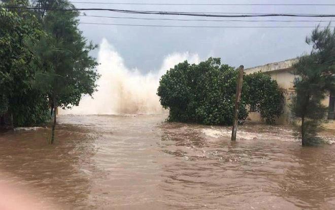 CẬP NHẬT bão số 10 ngày 15/9: Bão sang Lào sau 6 giờ quần thảo miền Trung - 23