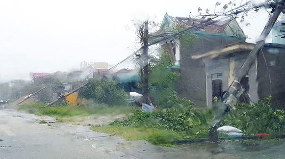 CẬP NHẬT bão số 10 ngày 15/9: Bão sang Lào sau 6 giờ quần thảo miền Trung - 24