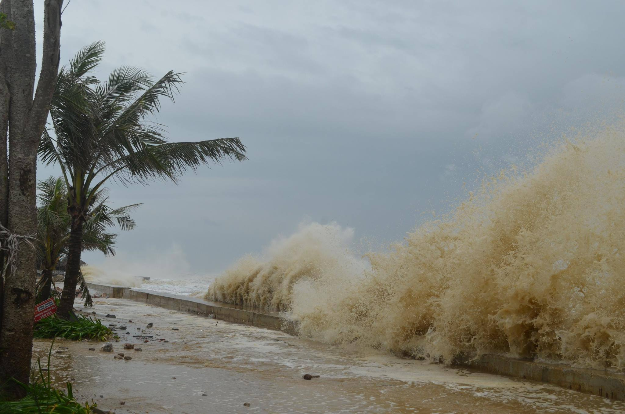 CẬP NHẬT bão số 10 ngày 15/9: Bão sang Lào sau 6 giờ quần thảo miền Trung - 27