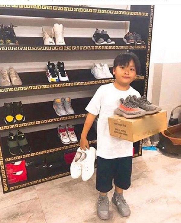 Bộ sưu tập giày cực khủng của cậu bé ở TP.HCM gây bão - 1