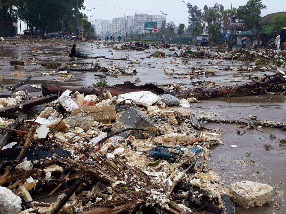 Nhìn lại sức tàn phá khủng khiếp của bão số 10 khi đổ bộ miền Trung - 13