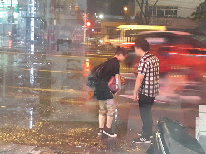 """Bất chấp mưa bão, chàng trai nằm lăn ra đường """"ăn vạ"""" người yêu - 2"""