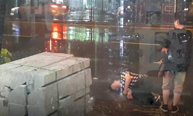 """Bất chấp mưa bão, chàng trai nằm lăn ra đường """"ăn vạ"""" người yêu - 3"""