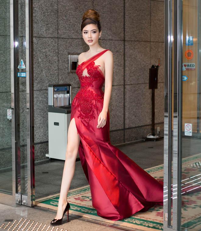 """Váy táo bạo tiết lộ dáng sexy của """"mỹ nữ Vũng Tàu đi xe 70 tỷ"""" - 2"""
