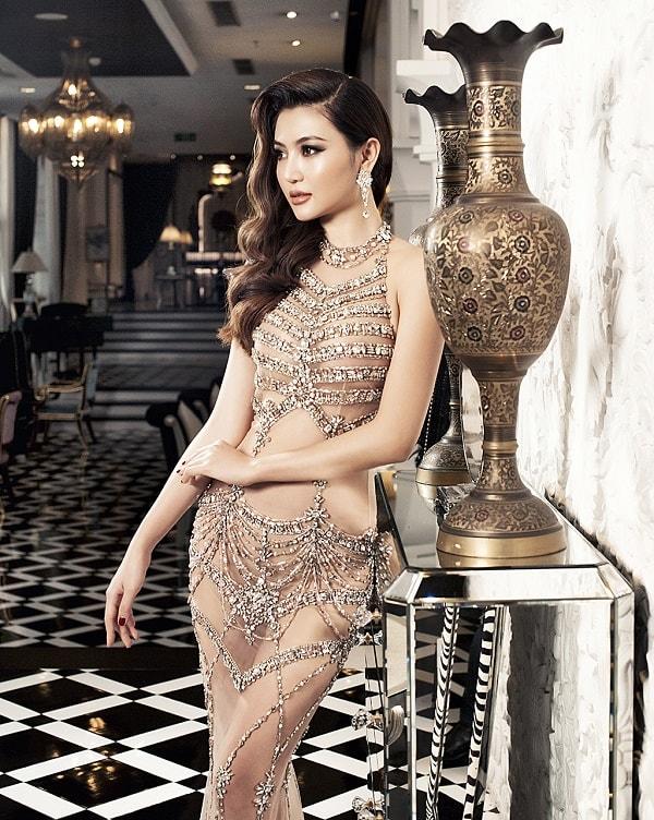 """Váy táo bạo tiết lộ dáng sexy của """"mỹ nữ Vũng Tàu đi xe 70 tỷ"""" - 4"""