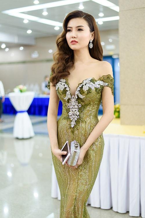 """Váy táo bạo tiết lộ dáng sexy của """"mỹ nữ Vũng Tàu đi xe 70 tỷ"""" - 7"""