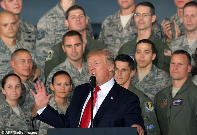 Đứng trước máy bay ném bom, Trump cảnh báo Triều Tiên - 2