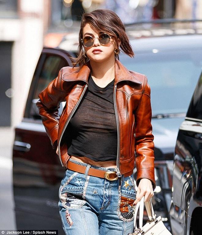 """Học Selena Gomez cách """"thả rông"""" đẹp và không phản cảm - 1"""