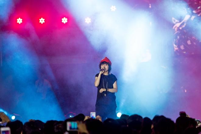 Tiên Tiên suýt gặp sự cố với chiếc quần trước 5.000 khán giả - 1