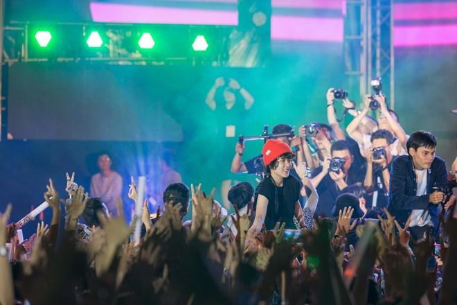 Tiên Tiên suýt gặp sự cố với chiếc quần trước 5.000 khán giả - 3