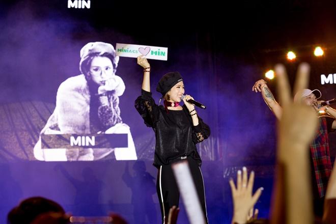 Tiên Tiên suýt gặp sự cố với chiếc quần trước 5.000 khán giả - 7