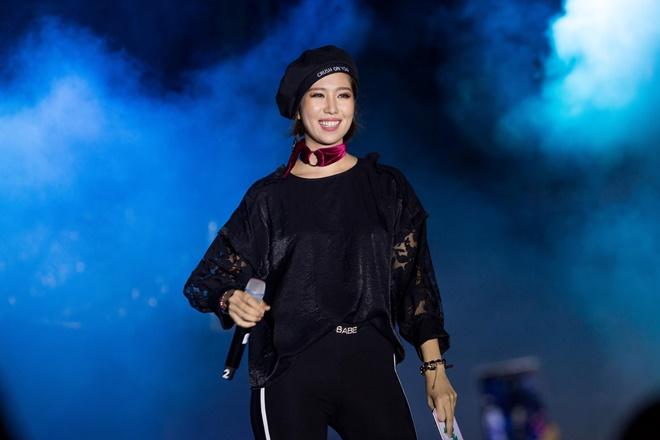 Tiên Tiên suýt gặp sự cố với chiếc quần trước 5.000 khán giả - 6