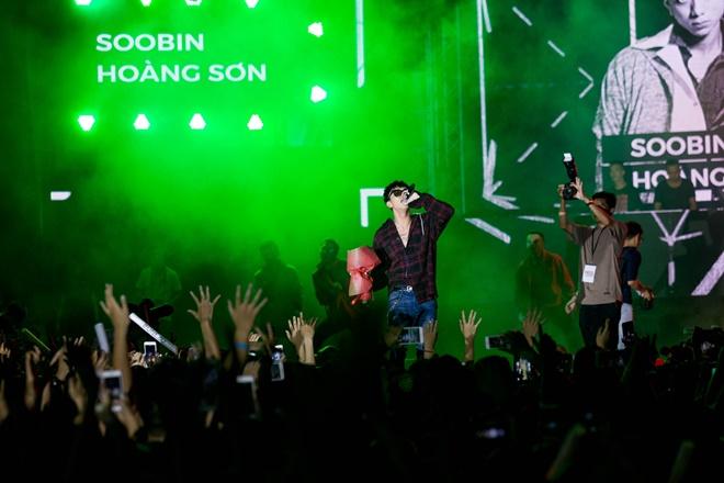 Tiên Tiên suýt gặp sự cố với chiếc quần trước 5.000 khán giả - 9