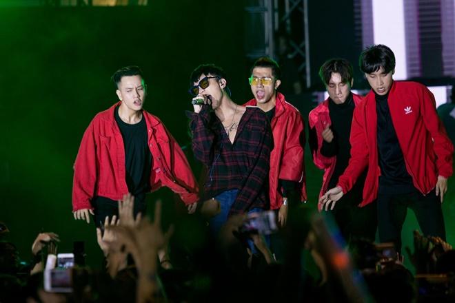Tiên Tiên suýt gặp sự cố với chiếc quần trước 5.000 khán giả - 10