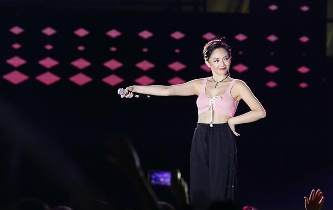 Tiên Tiên suýt gặp sự cố với chiếc quần trước 5.000 khán giả - 4