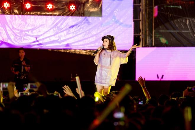 Tiên Tiên suýt gặp sự cố với chiếc quần trước 5.000 khán giả - 13