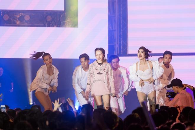 Tiên Tiên suýt gặp sự cố với chiếc quần trước 5.000 khán giả - 12