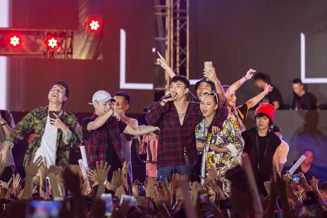 Tiên Tiên suýt gặp sự cố với chiếc quần trước 5.000 khán giả - 15