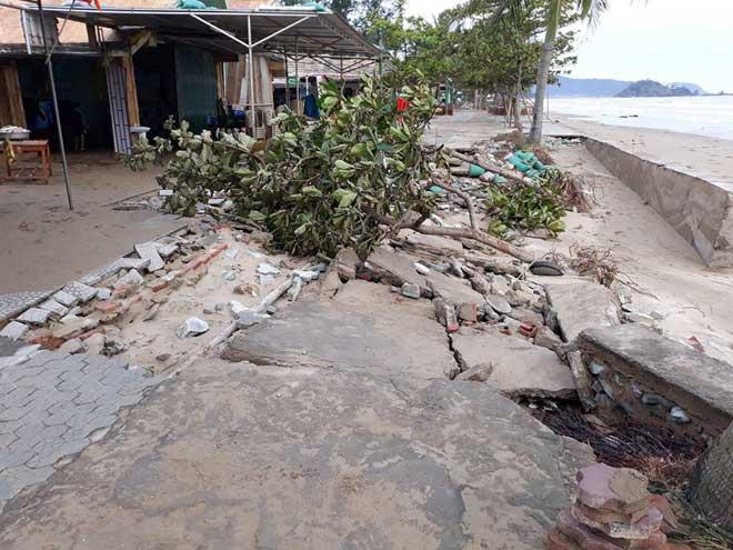 Sau bão số 10: Cát phủ kín khu du lịch Cửa Lò, đê kè ven biển Quất Lâm tan nát - 4