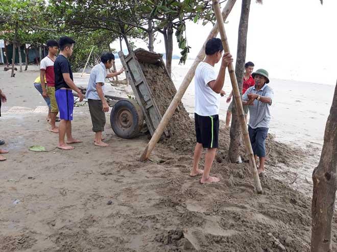 Sau bão số 10: Cát phủ kín khu du lịch Cửa Lò, đê kè ven biển Quất Lâm tan nát - 6