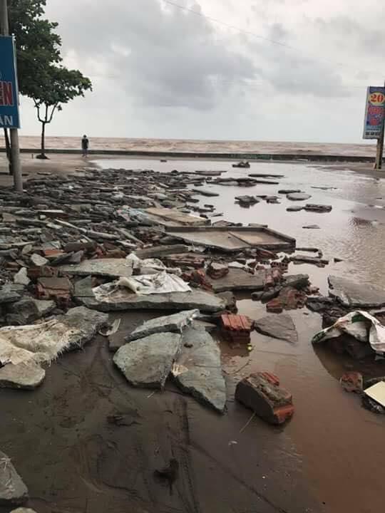 Sau bão số 10: Cát phủ kín khu du lịch Cửa Lò, đê kè ven biển Quất Lâm tan nát - 14
