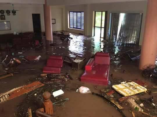 Sau bão số 10: Cát phủ kín khu du lịch Cửa Lò, đê kè ven biển Quất Lâm tan nát - 16