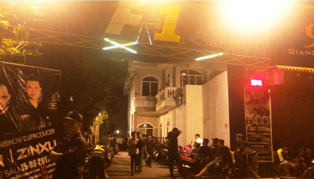 Hàng chục nam nữ đang lắc lư điên cuồng khi cảnh sát ập vào quán bar - 1