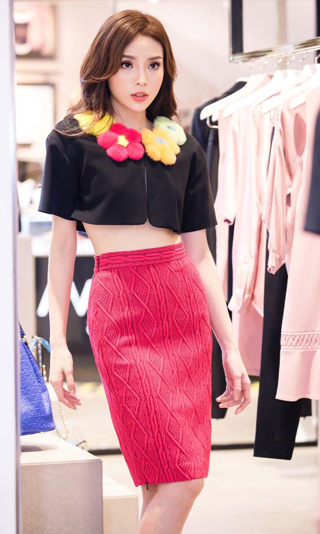 Hoa hậu Kỳ Duyên mặc áo ngắn cũn, lộ vòng eo chẳng tày gang - 2