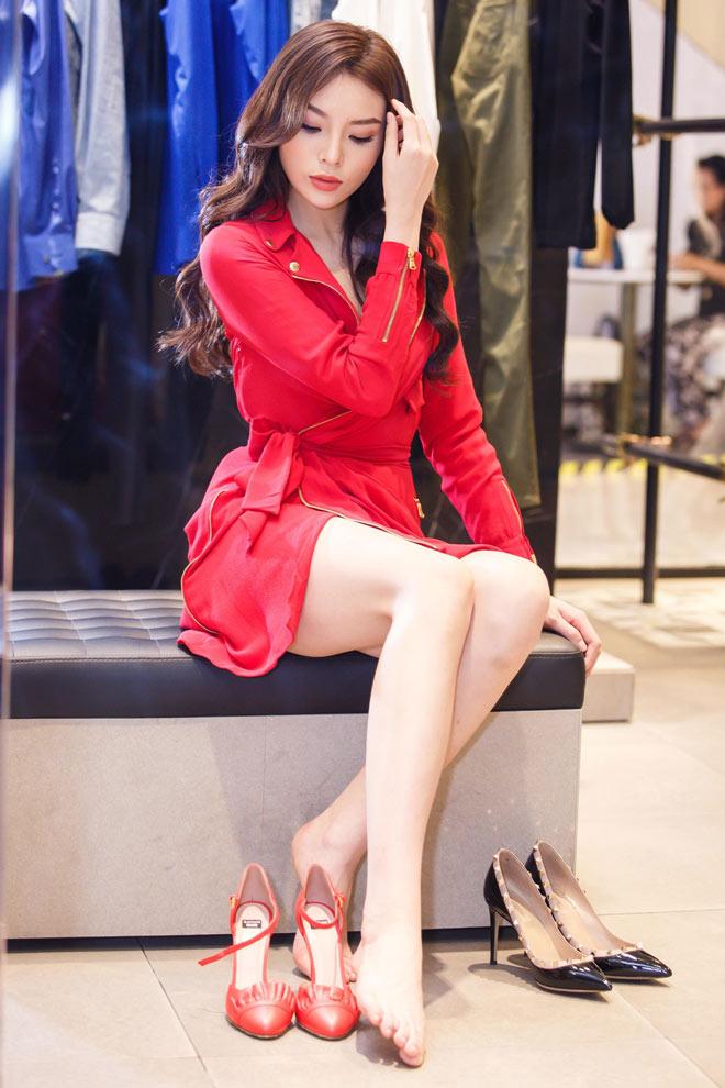 Hoa hậu Kỳ Duyên mặc áo ngắn cũn, lộ vòng eo chẳng tày gang - 6