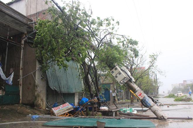 Quặn lòng nhìn miền Trung hoang tàn sau bão số 10 - 7