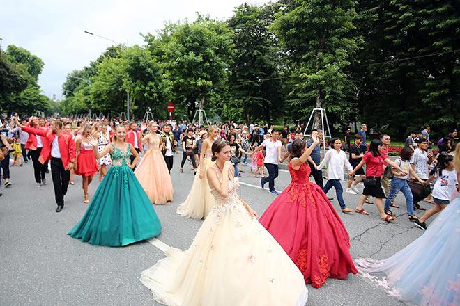 """""""Lóa mắt"""" trước nhan sắc xinh đẹp của dàn vũ nữ trên phố đi bộ HN - 1"""