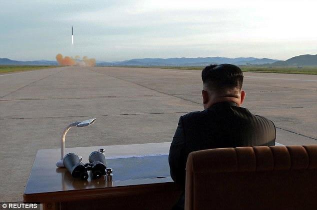 Kim Jong-un vỗ tay xem bắn tên lửa bay xa chưa từng thấy - 7