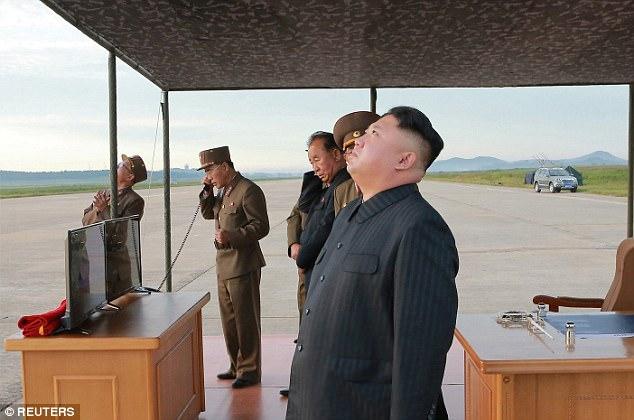 Kim Jong-un vỗ tay xem bắn tên lửa bay xa chưa từng thấy - 5