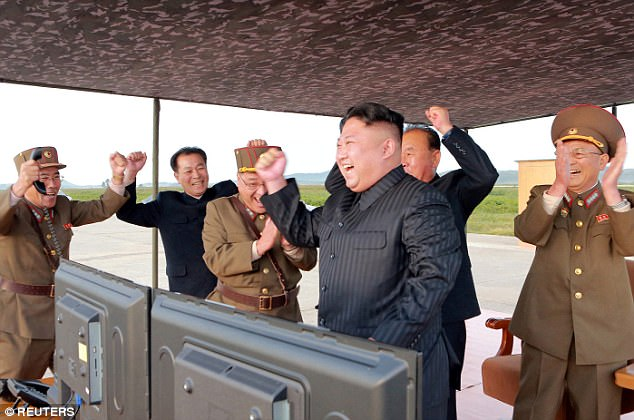 Kim Jong-un vỗ tay xem bắn tên lửa bay xa chưa từng thấy - 2