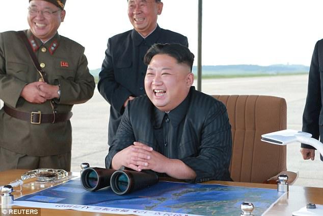 Kim Jong-un vỗ tay xem bắn tên lửa bay xa chưa từng thấy - 6