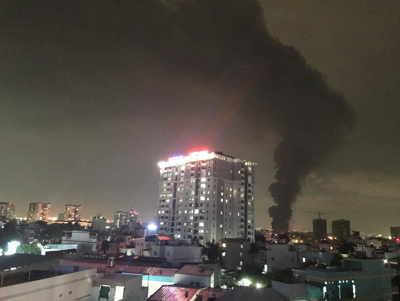 TP.HCM: Cháy dữ dội tại KCN Tân Bình, cột khói đen ngòm bốc cao hàng trăm mét - 1