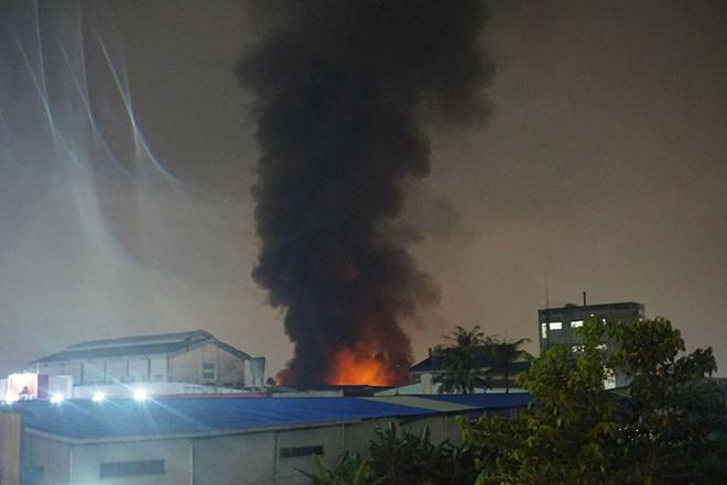 TP.HCM: Cháy dữ dội tại KCN Tân Bình, cột khói đen ngòm bốc cao hàng trăm mét - 7